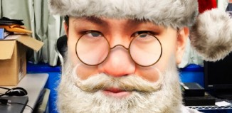 Felicita la Navidad como Santa Claus